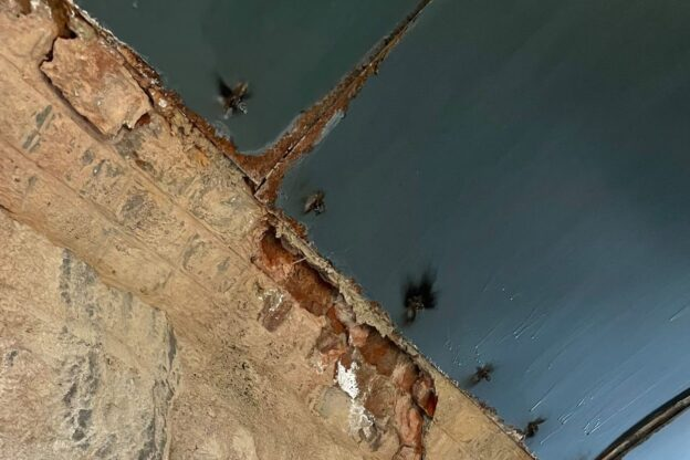 Borgone: cadono calcinacci dal ponte della ferrovia
