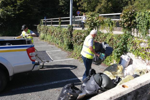 """Avigliana, abbandona i rifiuti ma viene """"pizzicato"""" dalle Guardie ecologiche"""