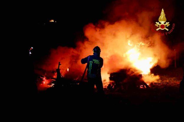 Incendio nella notte a Sant'Ambrogio: a fuoco una catasta di legna