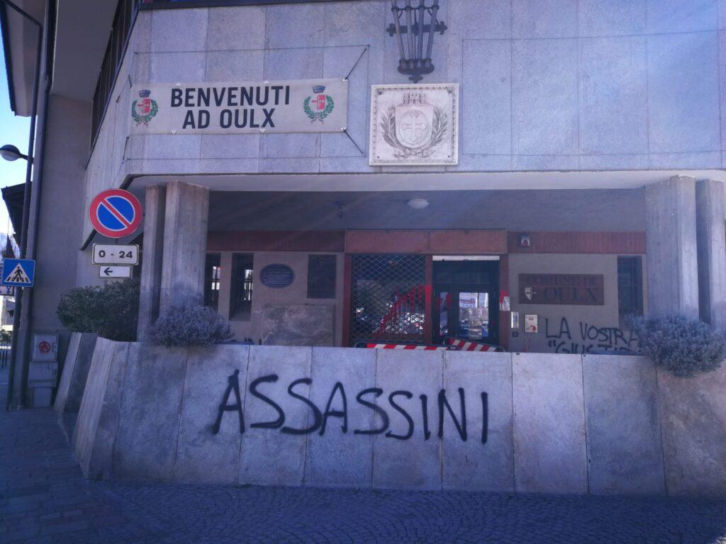 Raid vandalico a Oulx: scritte e vernice rossa contro il Comune