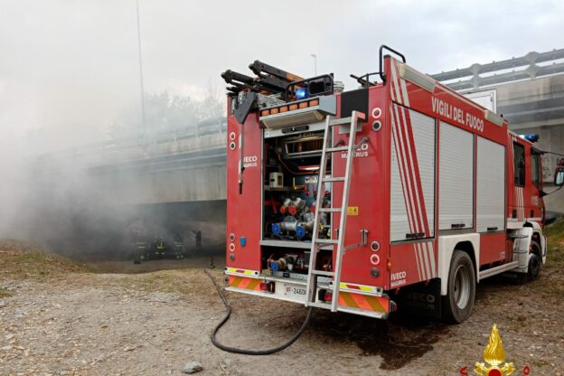 Avigliana, un rimorchio pieno di lana prende fuoco nei pressi dell'A32