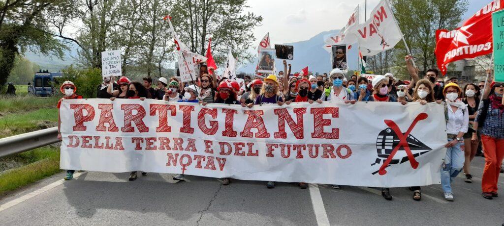Duemila persone in marcia da San Giorio a San Didero: è il 25 aprile dei No Tav