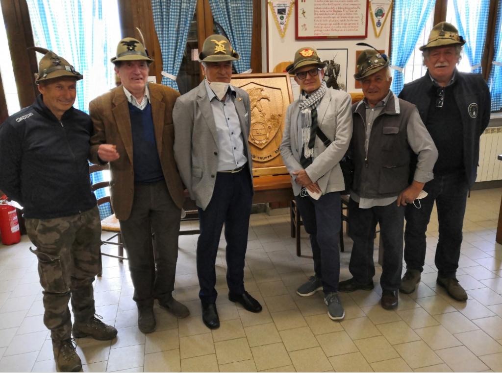 Alpignano, gli Alpini donano il crest al Generale Claudio Berto
