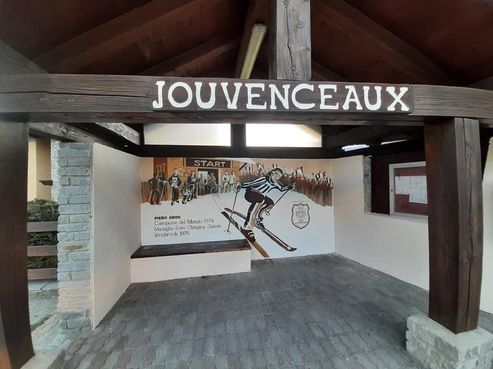 Sauze d'Oulx, il ritratto di Piero Gros alla fermata del bus di Jouvenceaux