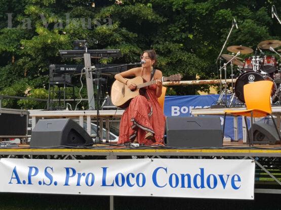 La cantautrice Anna Castiglia a Condove prima di Piero Pelù