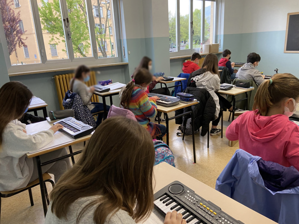 Avigliana, per le lezioni di Musica il covid manda in soffitta il flauto: ora è il tempo della tastiera