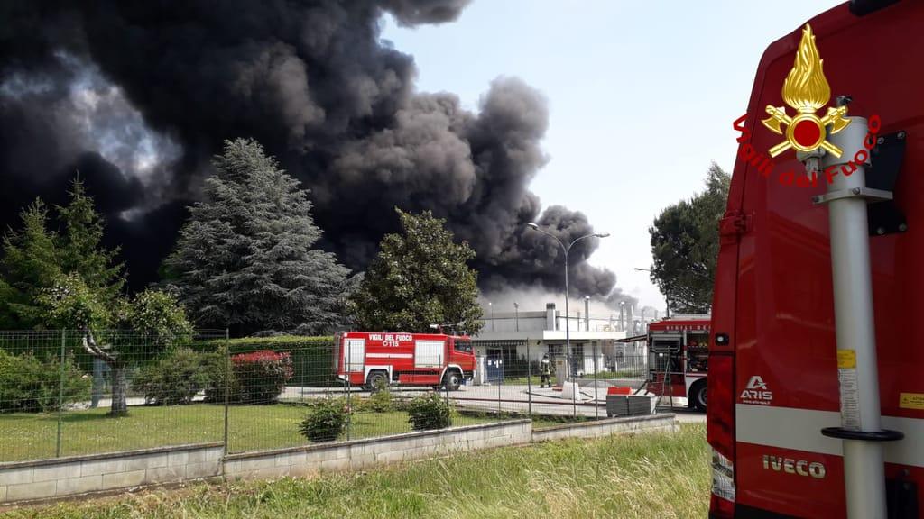 A Roletto va a fuoco una fabbrica di bombolette spray
