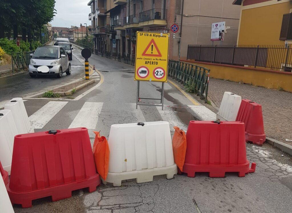 Alpignano, ponte nuovo chiuso da 'ignoti'. Un gesto gravissimo