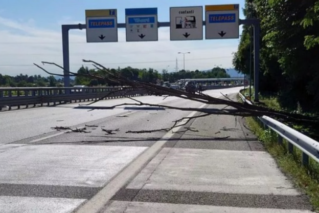 Ancora grave il centauro di Chiusa San Michele colpito da un albero in autostrada