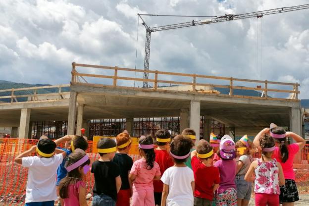 """Condove, i bambini della """"Rodari"""" in visita al cantiere della nuova scuola"""