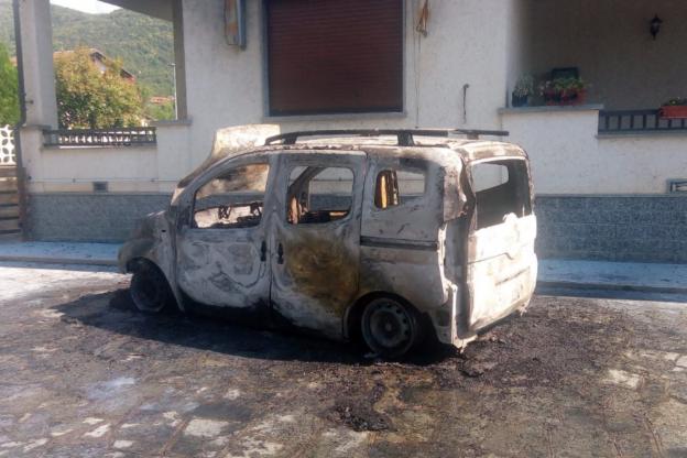Giaveno, l'auto va a fuoco in cortile ma i soccorsi arrivano soltanto dopo 40 minuti