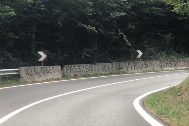 """Avigliana, è comparsa la prima scritta """"No green pass"""""""