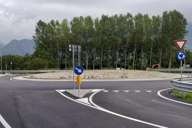 Sant'Ambrogio, la rotonda al Giro dell'Ora è operativa
