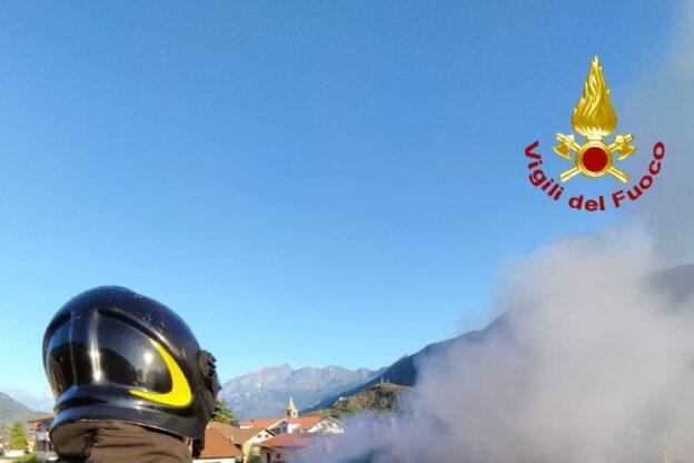 Sant'Antonino, in fiamme il tetto di una casa