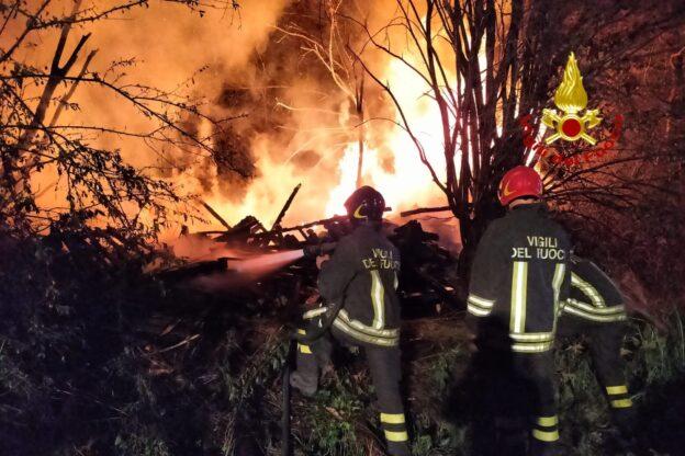 Avigliana, in fiamme una catasta di legna a Drubiaglio